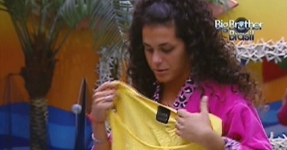 Noem presenteia Fael com camiseta usada (20/3/12)