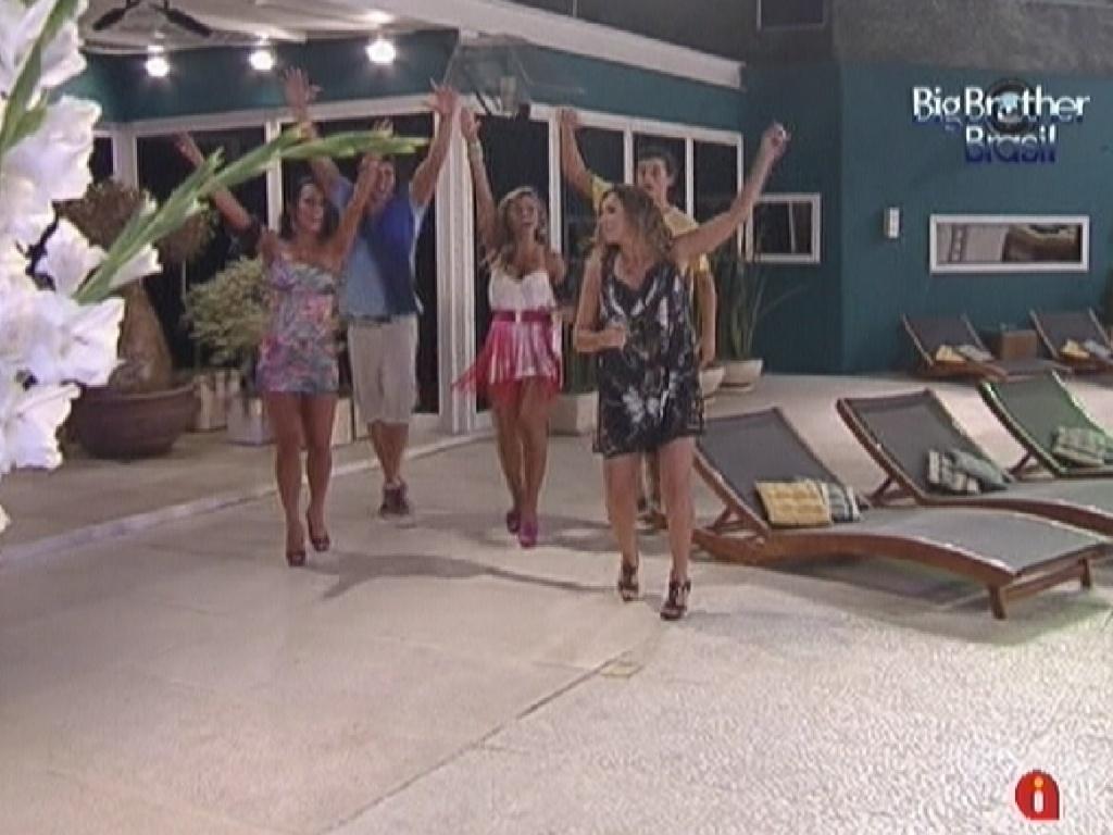 Brothers seguem Daniela Mercury e dançam na parte externa da casa (21/3/12)