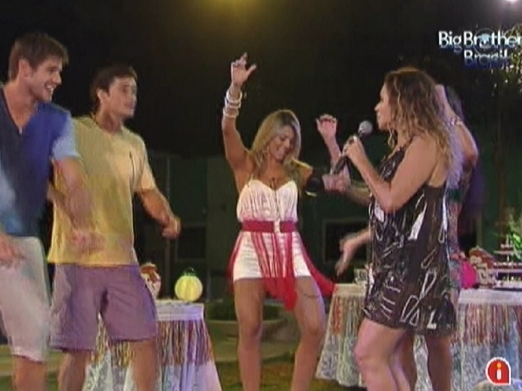 Daniela Mercury ensina coreografia para os participantes (21/3/12)