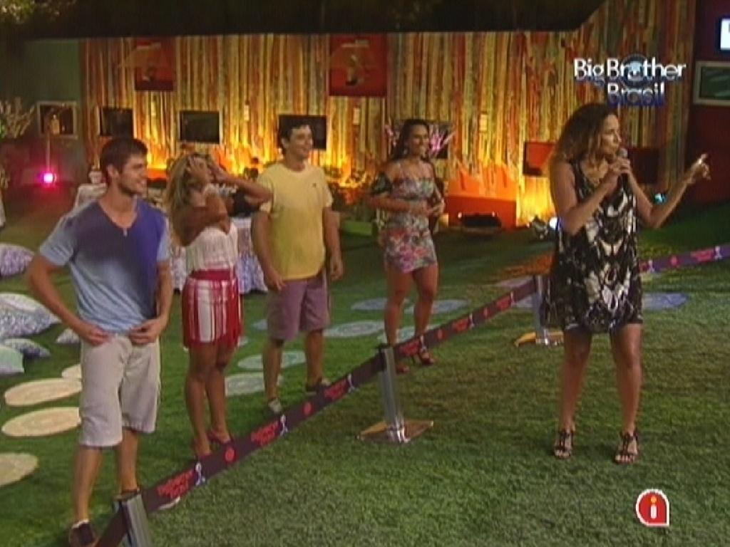 Daniela Mercury fala com sua banda durante show no