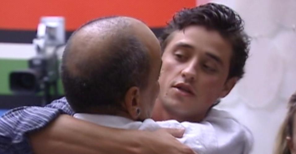 João Carvalho (de costas) abraça Fael após saber que está eliminado do