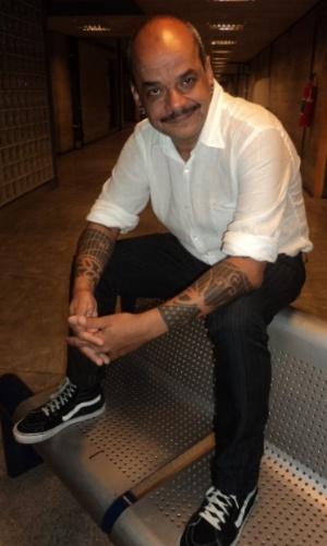 João Carvalho posa para fotos após ser eliminado do