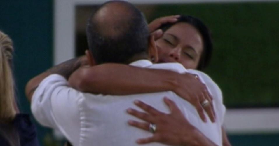 João e Kelly choram abraçados e se despedem (20/3/12)