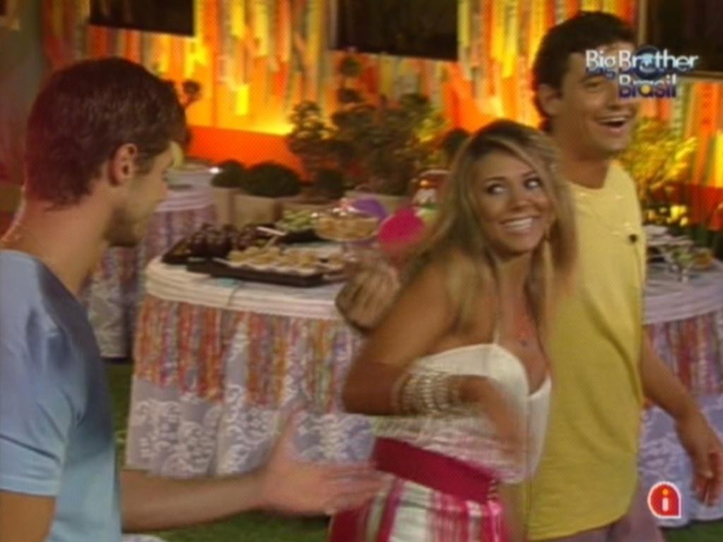 Jonas, Fabiana e Fael dançam durante show de Daniela Mercury (21/3/12)