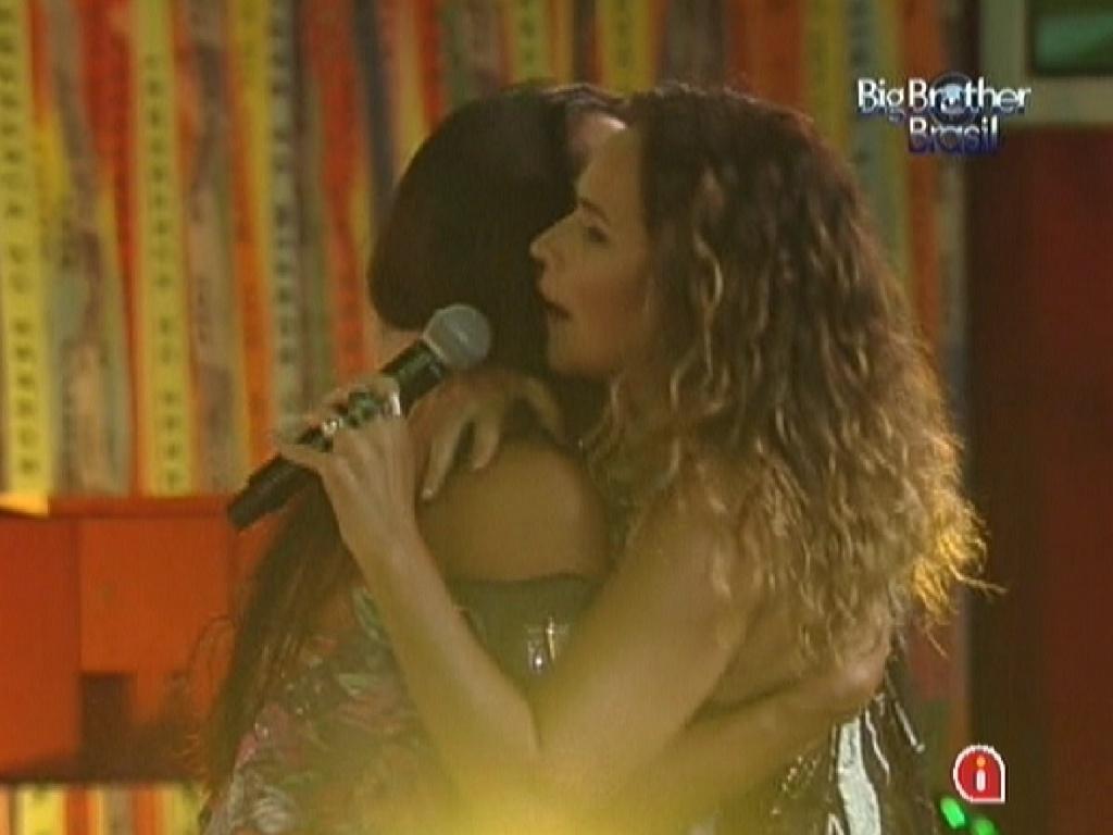 Kelly abraça Daniela Mercury durante show (21/3/12)