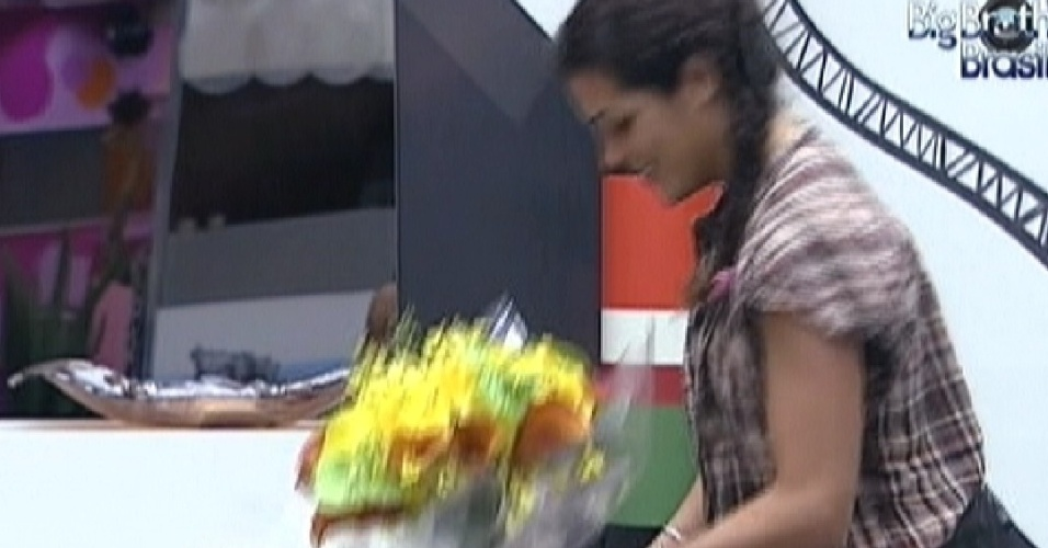 Noem ganha flores da produo (21/3/12)