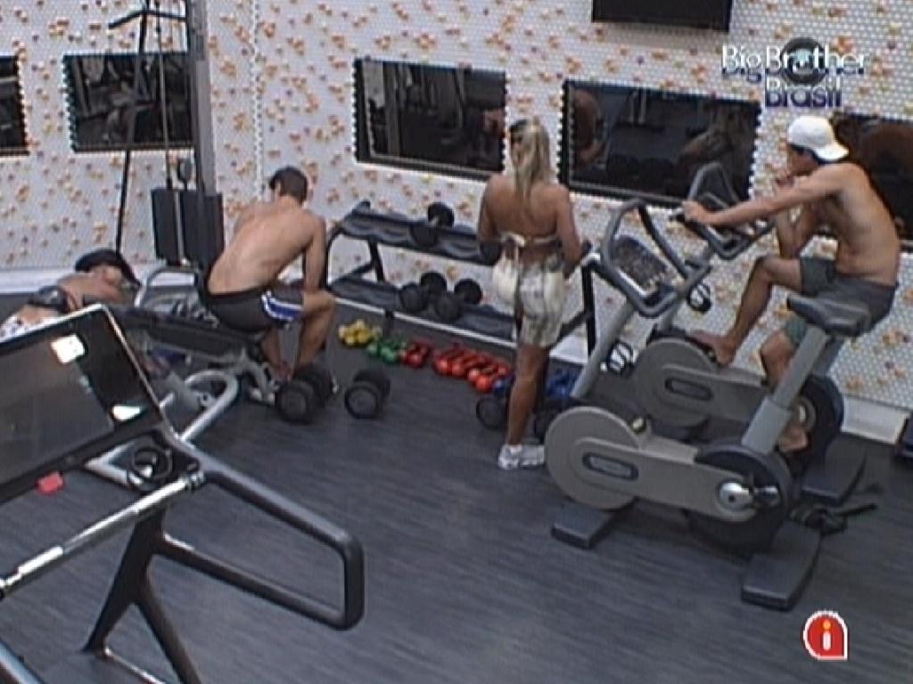 Todos os quatro participantes malham juntos na academia (21/3/12)