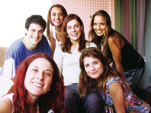Flávia Cintra ao centro junto aos atores de