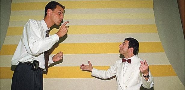 """Rodolfo Carlos de Almeida (esq.) e seu parceiro Cláudio Chirinhan, o ET, durante gravação do programa """"Ratinho Livre"""" (1998)"""