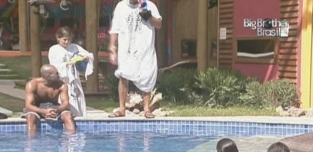 Cacau e Eli atormentam até na piscina (6/2/10)