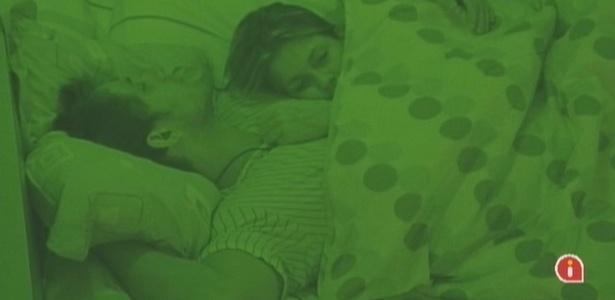 Cláudia e Eliéser dormem abraçadinhos (10/2/10)