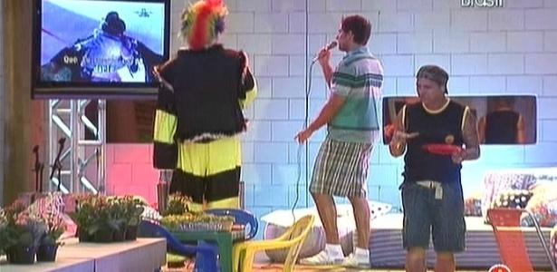 Eliéser tomou conta do microfone para cantar no karaoke