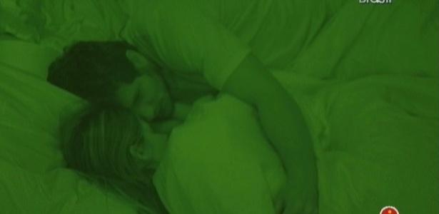 Casal dorme abraçado (23/2/10)