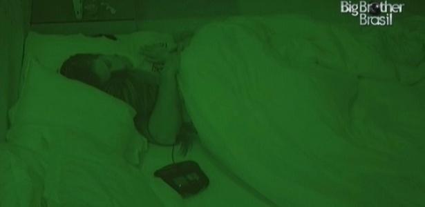 Eliéser ronca enquanto dorme abraçado a Cacau (24/2/10)