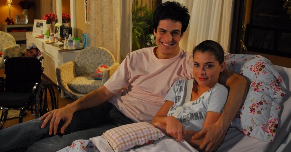 Mateus Solano e Alinne Moraes em uma cena de