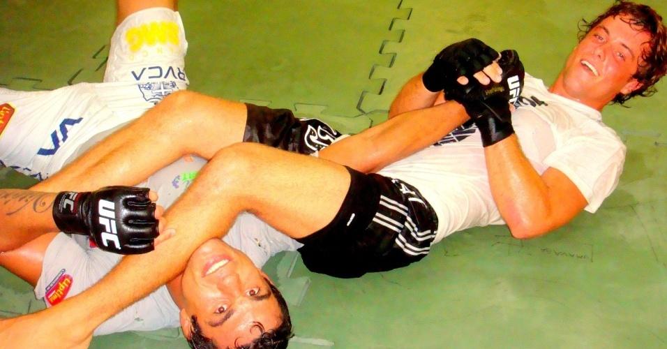 Kayky Brito treinando jiu-jítsu e boxe com o lutador Vitor Belfort