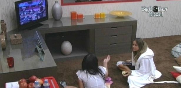 Anamara e Fernanda assistem TV no quarto do líder (5/3/10)