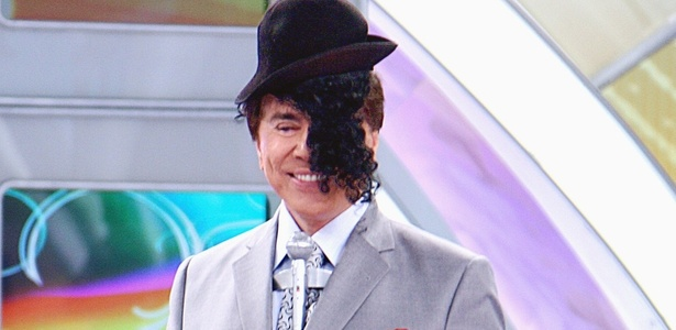 Silvio Santos coloca peruca de um imitador de Michael Jackson, participante do quadro 
