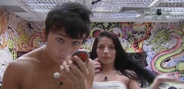 Maroca arruma o cabelo e Serginho tenta disfarçar espinha com maquiagem (16/3/10)