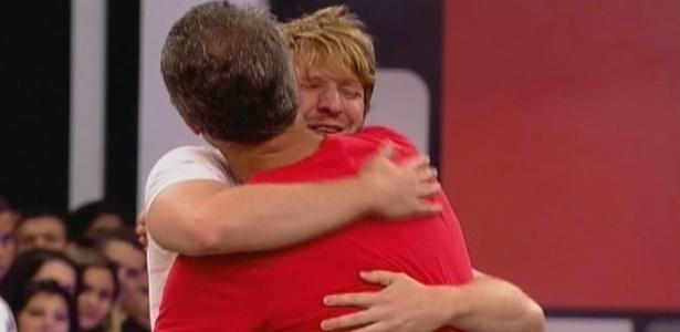 Michel e Bial se abraçam durante o final do programa (16/3/10)