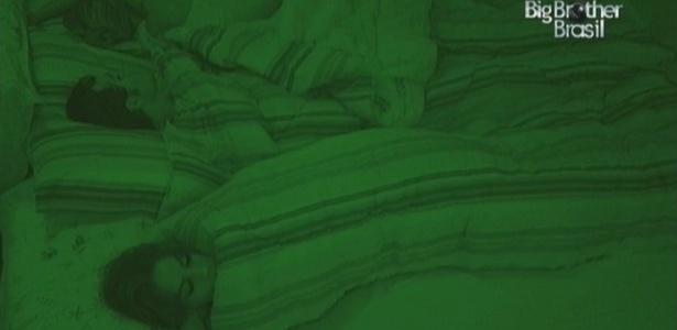 Anamara dorme na ponta da cama. Fernanda e Serginho ficam mais perto um do outro (18/3/10)