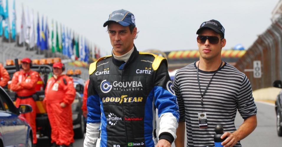 Marcello Antony (esq) e Cauã Reymond gravam Passione em Interlagos durante a Stock Car (28/3/2010)