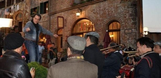 O ator Tony Ramos ensaia com os músicos para a gravação de cena de