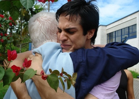 Manoel Carlos abraça Mateus Solano no último dia de gravação de