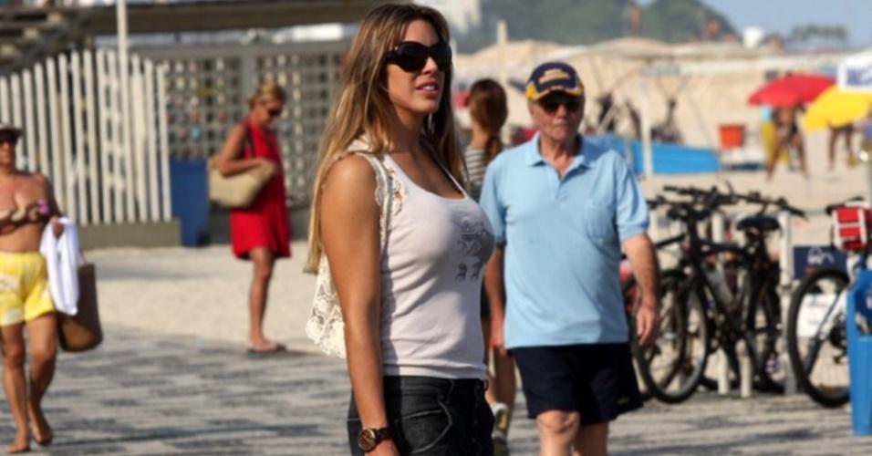 Joana Prado passeia com os filhos em praia no Rio de Janeiro (17/5/2010)