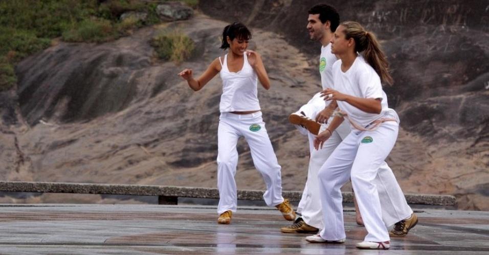 Daniele Suzuki joga capoeira na gravação do