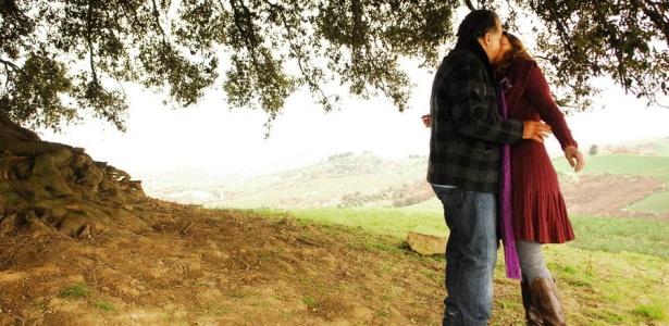 O primeiro beijo de Totó (Tony Ramos) e Vlara (Mariana Ximenes) em