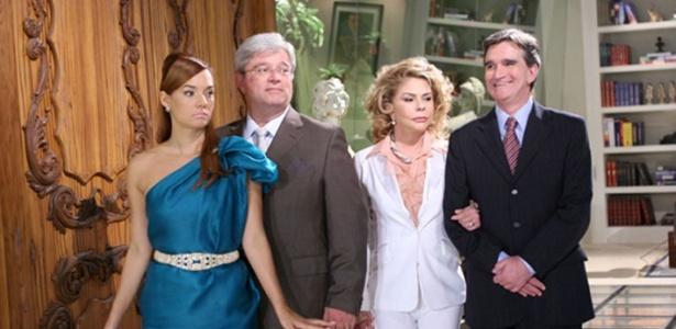 Nara (Mônica Carvalho), Egídio (Carlo Briani) e o casal Smith (Maria Cláudia/Roberto Arduim) aguardam a chegada de Serafina Rosa (Carla Marins) e Claude (Cláudio Lins) à recepção (31/5)