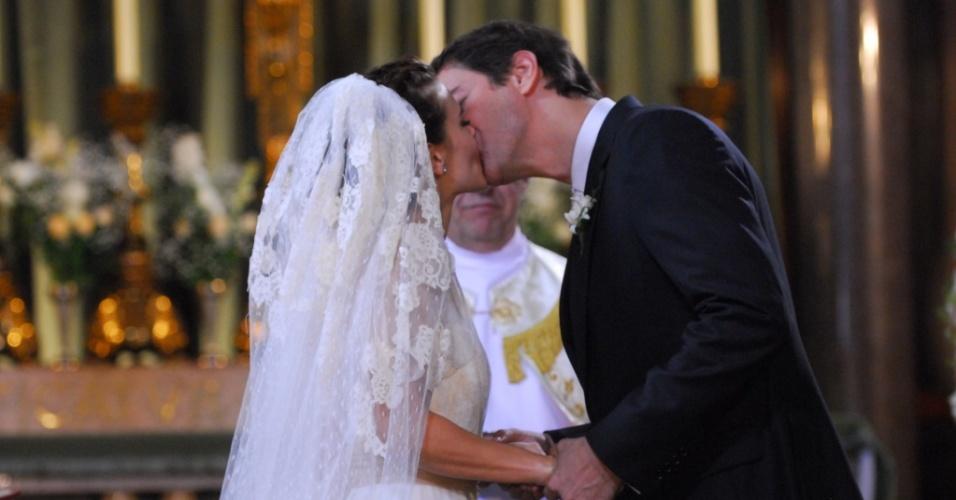 Gerson (Marcello Antony) e Diana (Carolina Dieckmann) se casam em cena que deve ir ao ar em 12/6