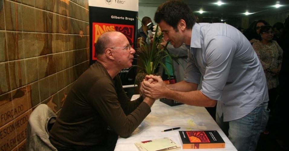 Gilberto Braga recebe os cumprimentos de Eriberto Leão por lançamento de livro, no Rio (8/6/10)