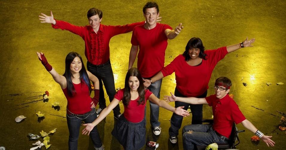 "Os principais participantes do coral ""Glee Club"" são (na foto, de cima para baixo): Kurt Hummel (Chris Colfer), Finn Hudson (Cory Monteith), Tina (Jenna Ushkowitz), Lea Michele (Rachel Berry), Mercedes Jones (Amber Riley) e Artie Abrams (Kevin McHale)"