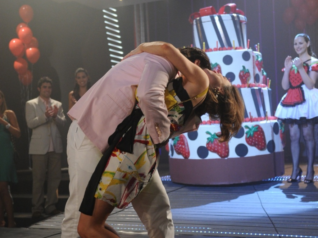 Berilo (Bruno Gagliasso) prepara uma festa surpresa para a esposa em comemoração ao aniversário de um ano do casal. Com direito a saída triunfal de um bolo gigante, ele consegue amolecer o coração de sua