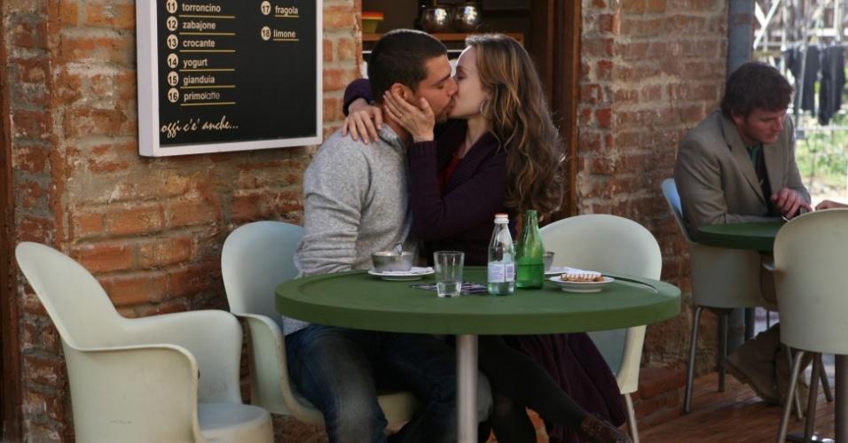 Danilo (Cauã Reymond) e Clara (Mariana Ximenes) se beijam em cena de
