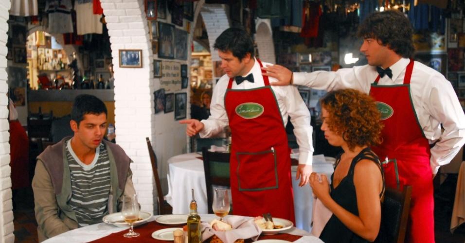 Ari (Murilo Benício) vai trabalhar como garçom com o filho Luti e fica revoltado ao vê-lo sendo tratado com desrespeito tira satisfações (27/7)