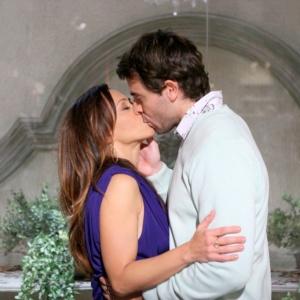 Serafina e Claude dan�am e se beijam em noite rom�ntica