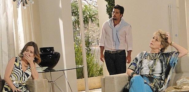 Berilo (Bruno Gagliasso) ouve conversa de Jéssica (Gabriela Duarte) com Clô (Irene Ravache) em