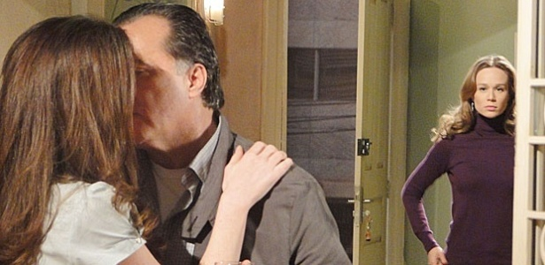 Clara (Mariana Ximenes) flagra beijo de Totó (Tony Ramos) e Felícia (Larissa Maciel) em