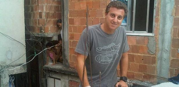 Luciano Huck na favela da Rocinha, no rio de Janeiro (14/9/10)