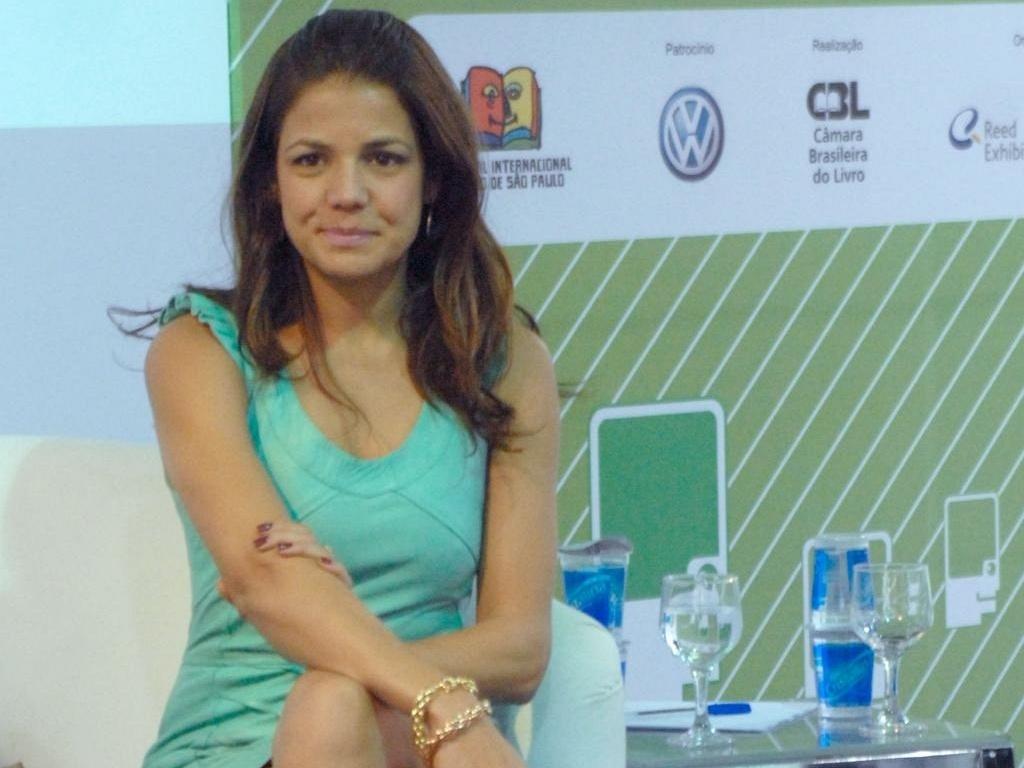 Nívea Stelmann visita a bienal do livro em São Paulo (15/8/10)
