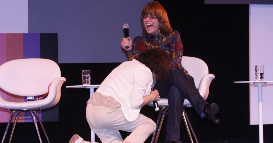 Regina Duarte se ajoelha e pede desculpas a Glória Perez por gafe cometida em debate (22/9/10)