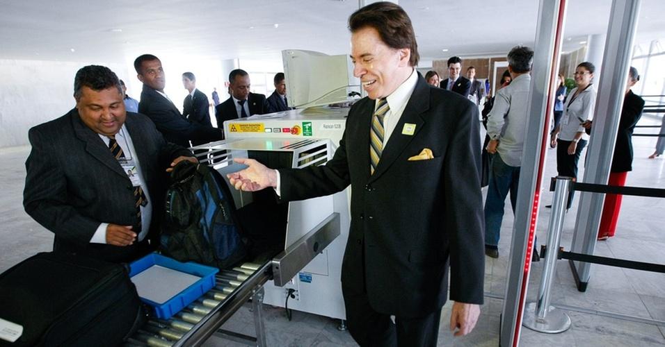 Silvio Santos passa pelo detector de metais no Palácio do Planalto, em Brasília (22/9/2010)