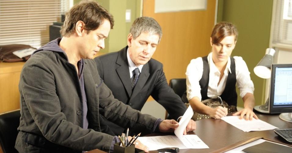Marcello Antony, Giulio Lopes e Carolina Dieckmann em cena de