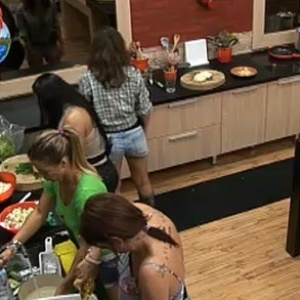 Garotas preparam almoço no segundo dia de confinamento (29/9/10)