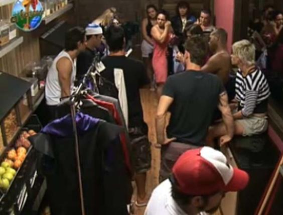 Peões recebem instruções sobre a festa desta noite (1/10/10)