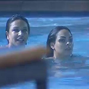 Depois da festa, Piu-Piu e Mulher Melancia dão um mergulho na piscina