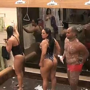 Piu-Piu, Mulher Mlancia e Viola tomam um banho já de madrugada